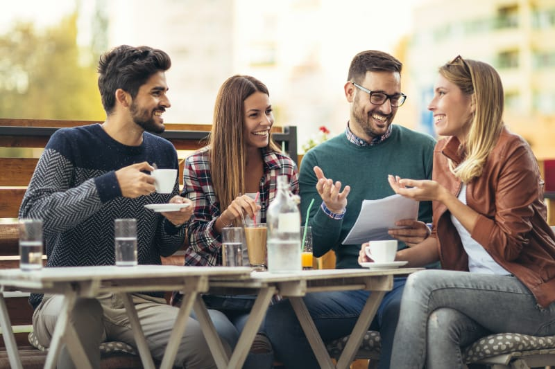 vier Freunde beim Kaffee zusammen