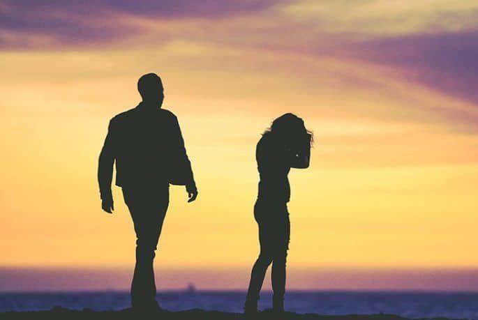 Ein Mann nähert sich einem Mädchen
