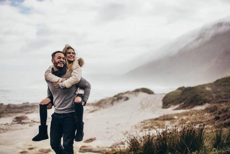 Der Mann trägt das Mädchen auf dem Rücken