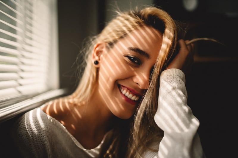 Die schöne Blondine lacht