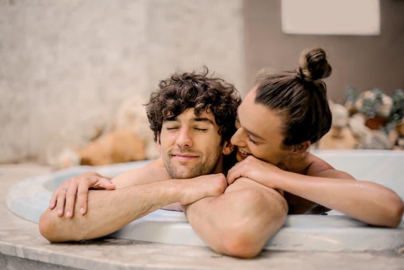 Ein Mann und eine Frau im Badezimmer liegen in der Badewanne
