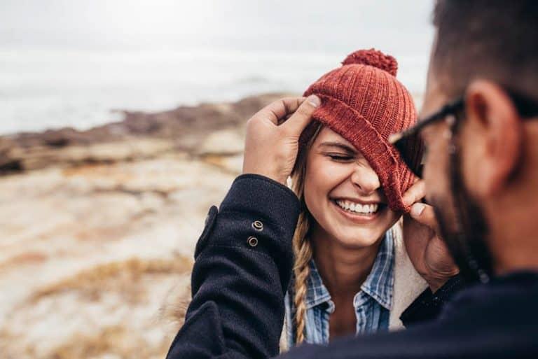Ein glückliches verliebtes Paar genießt ein Picknick