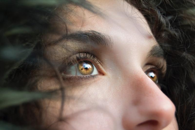 Ein imaginäres Mädchen schaut zum Himmel auf