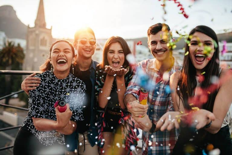 Eine Gruppe junger Leute genießt die Party