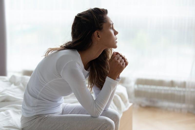 Eine depressive Frau fühlt sich einsam