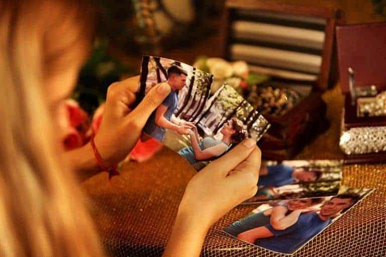 Mädchen, das alte Fotos mit Freund betrachtet
