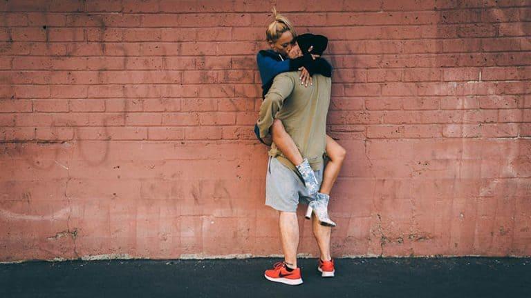 Paar küsst leidenschaftlich gegen die Wand