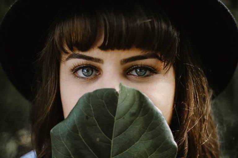 ein Mädchen mit schönen grünen Augen