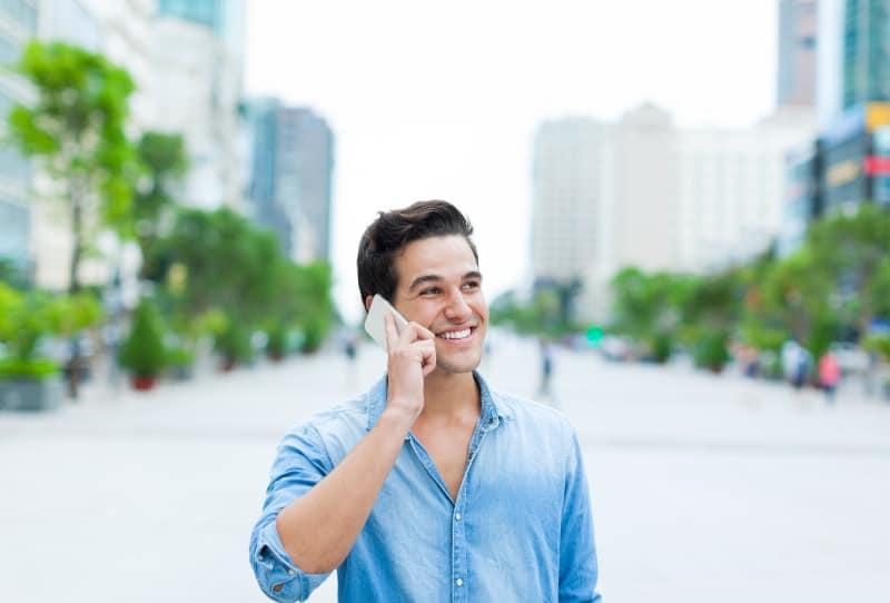 ein gutaussehender Mann, der am Telefon spricht