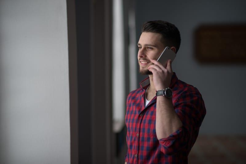 ein junger Mann, der auf einem Handy spricht