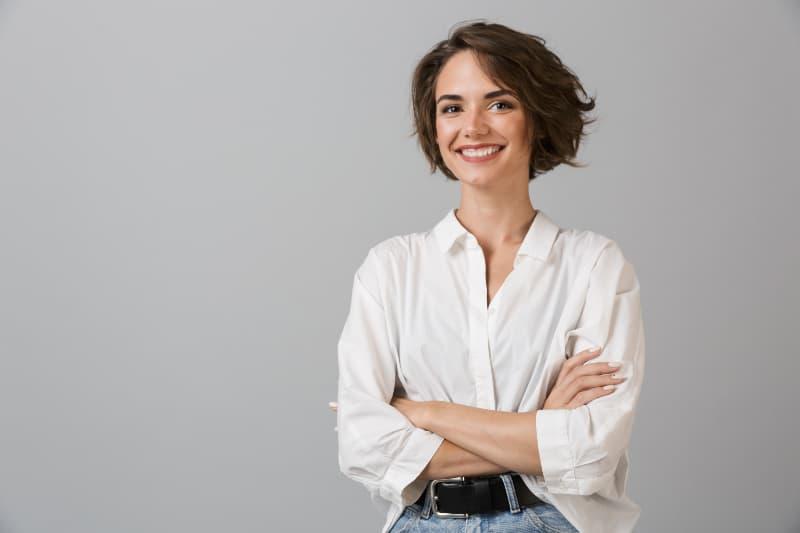 glückliches Mädchen in einem weißen Hemd