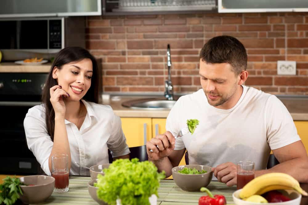 in der Küche ein glückliches Liebespaar essen
