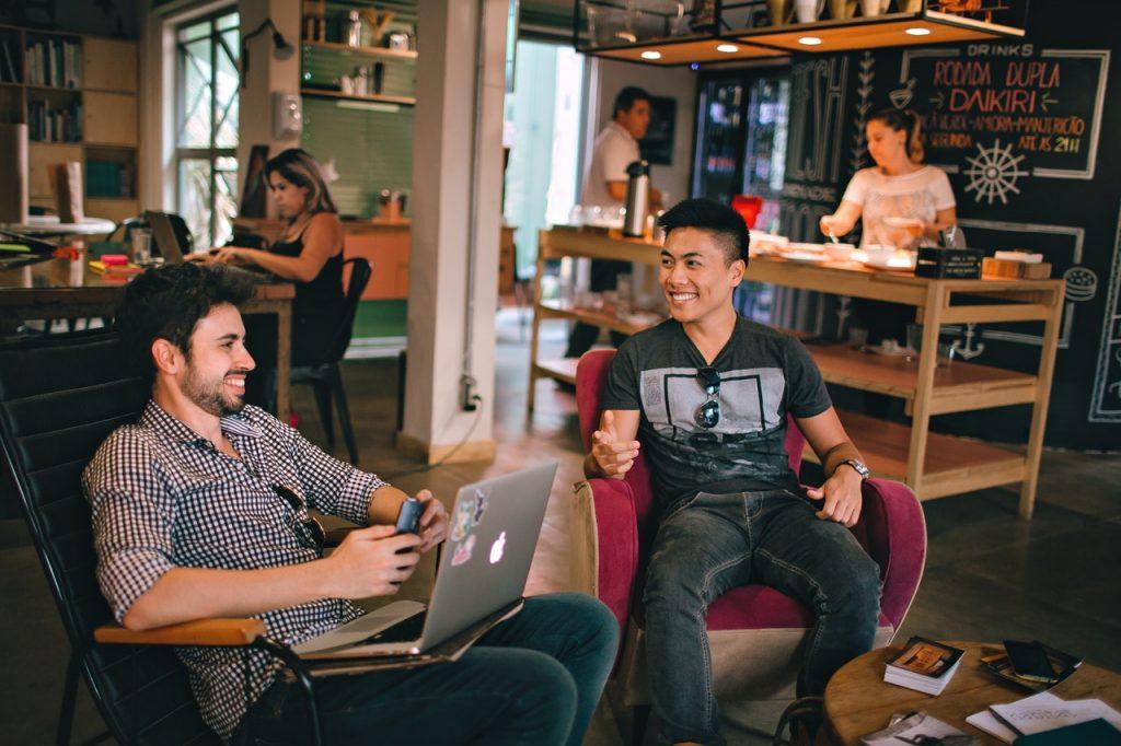 lächelnde Freunde, die in einem Café sitzen