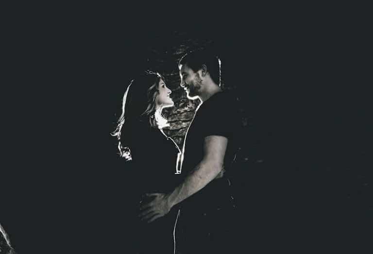 schönes Paar, das in der Dämmerung umarmt