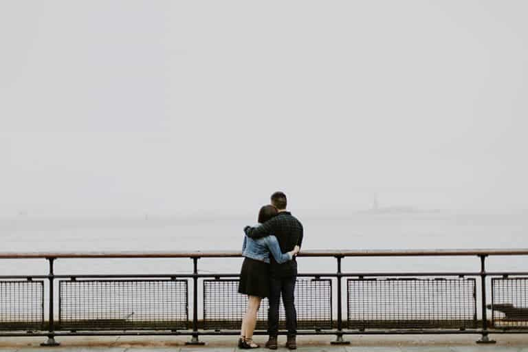 ein umarmtes Paar auf der Brücke