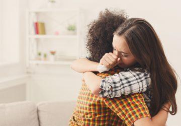 Freunde, die sich umarmen und trösten