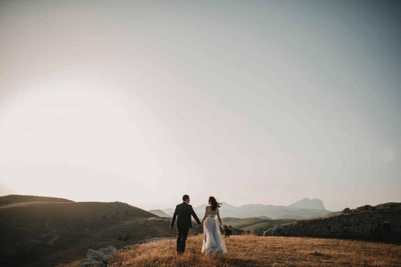 Das Brautpaar geht den Hügel hinauf