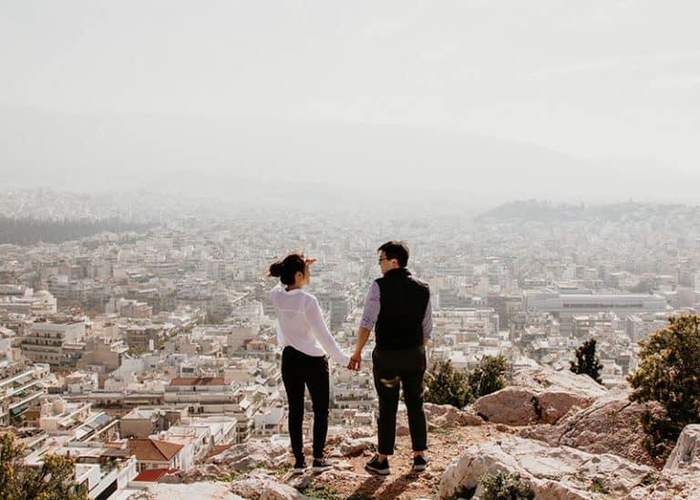 Das Paar beobachtet die Stadt vom höchsten Gipfel des Berges