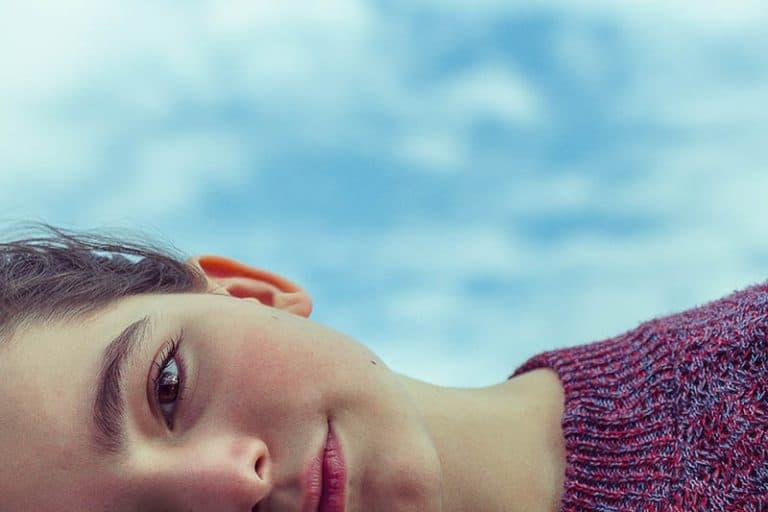 das halbe Gesicht eines jungen Mädchens mit natürlichen Augenbrauen