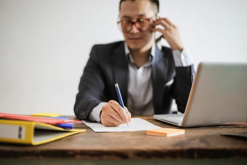 Ein Geschäftsmann im Büro spricht auf einem Handy