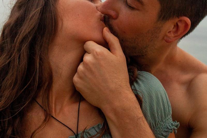 Ein junger Mann küsste leidenschaftlich seine Jungfrau