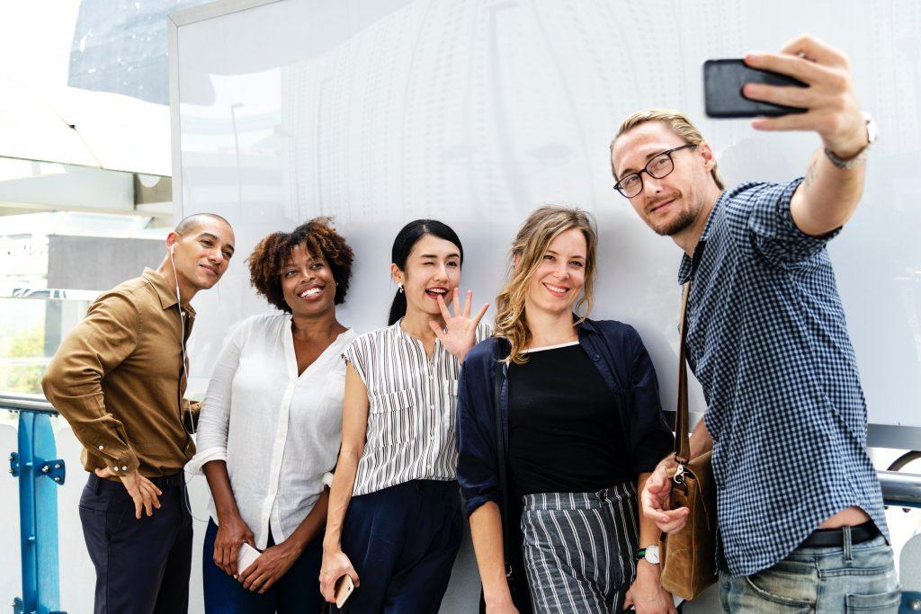 Eine Gruppe von Freunden macht ein Selfie-Foto