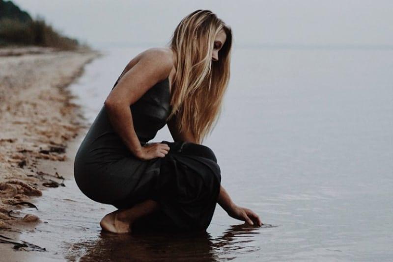 ein Mädchen, das Meerwasser in der Hand hält