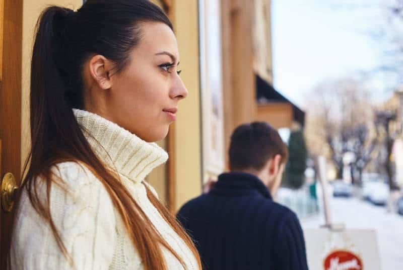 Mädchen, das Freund ansieht, während es sie verlässt