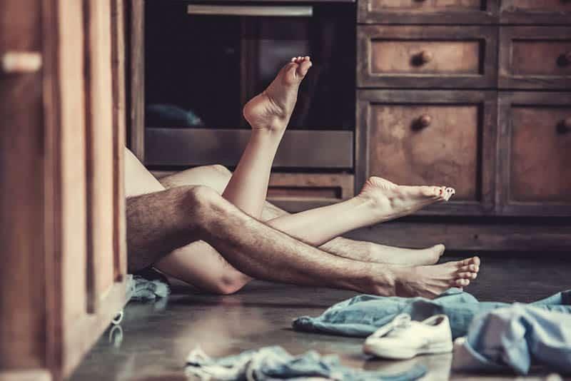 Mann und Frau nackte Beine