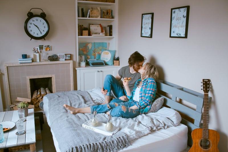 Nachmittags tauscht ein Paar Küsse auf dem Bett aus