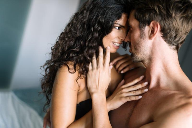 Paar in Unterwäsche von Angesicht zu Angesicht