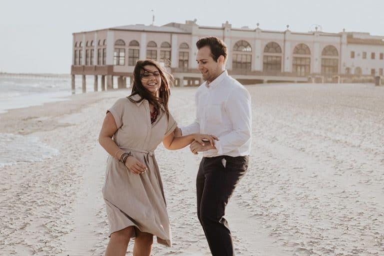 Paar tanzt am Strand