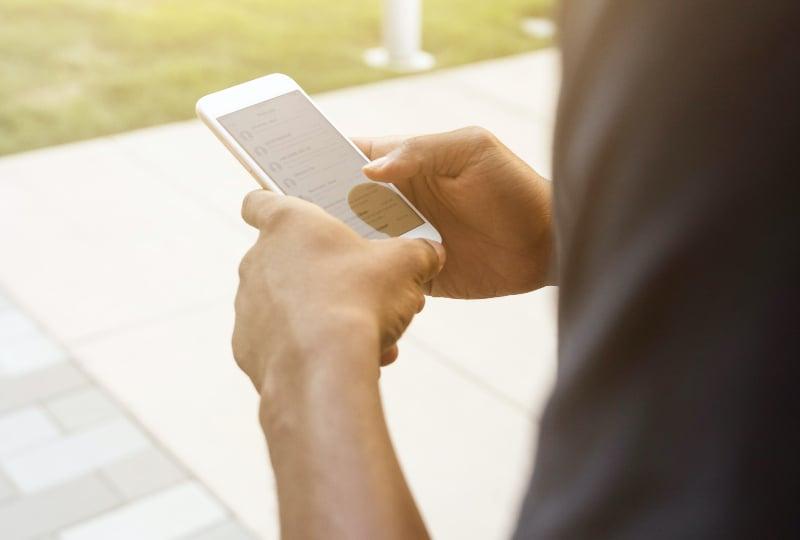 Person, die das iPhone nach 2014 hält(1)