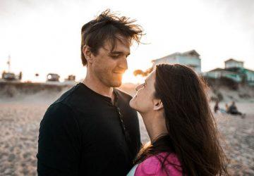 junges Paar, das in die Augen am Strand schaut