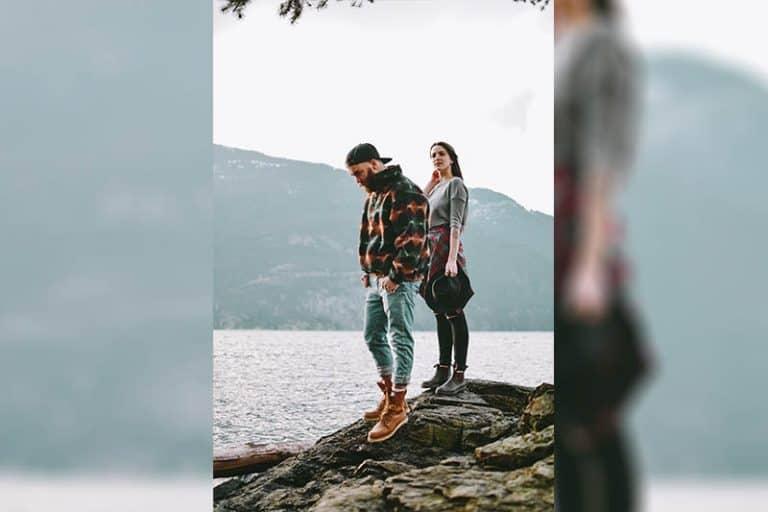 ein Paar steht auf einem großen Felsen