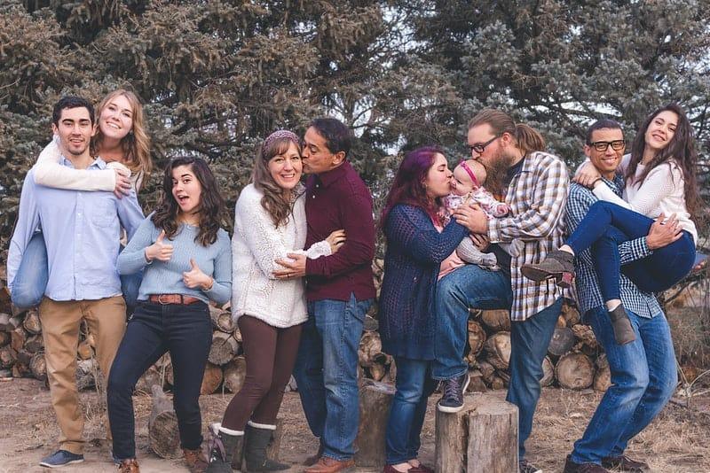 ein Foto einer großen glücklichen Familie draußen