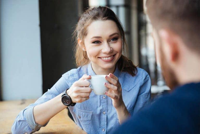 ein Mädchen, das Kaffee trinkt