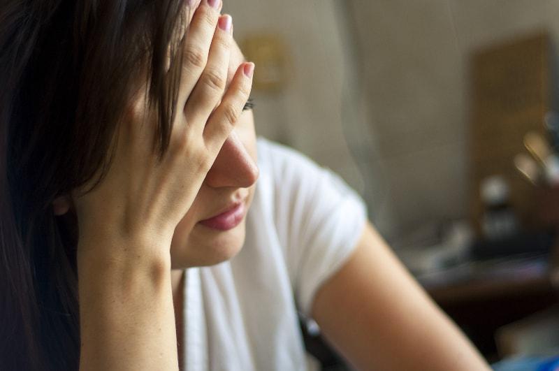 ein Mädchen mit Kopfschmerzen