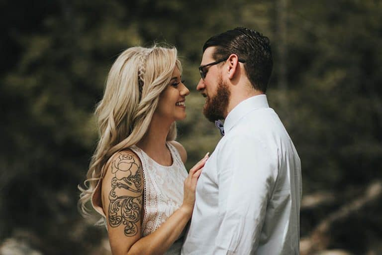 ein Mädchen mit einem Tattoo auf dem Arm und schönen blonden Haaren