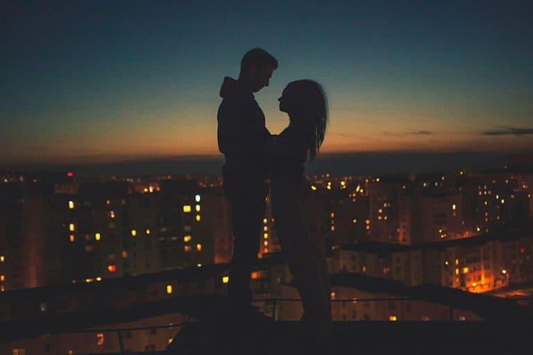 ein Paar, das auf einem Gebäude steht