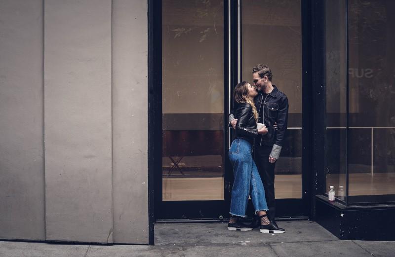 ein Paar steht am Eingang des Gebäudes