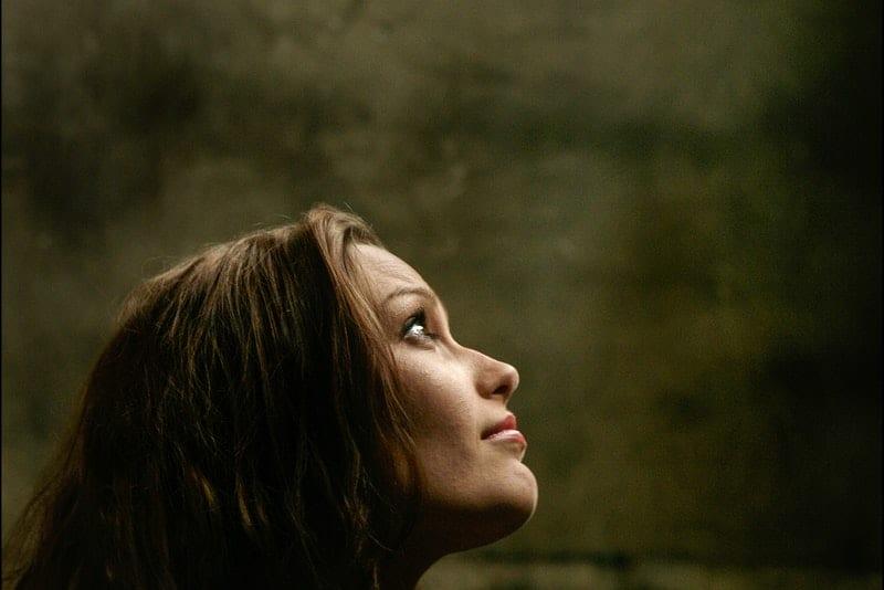 ein Porträt einer Frau, die in den Himmel schaut