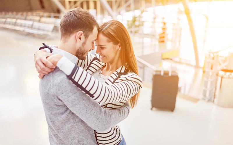 ein paar umarmen sich beim treffen nach einer reise