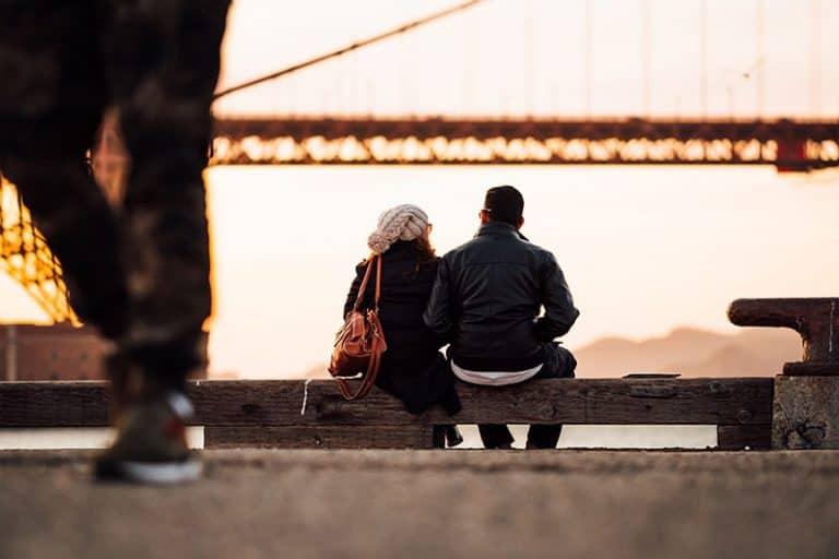 junges Paar beobachtet die große Brücke