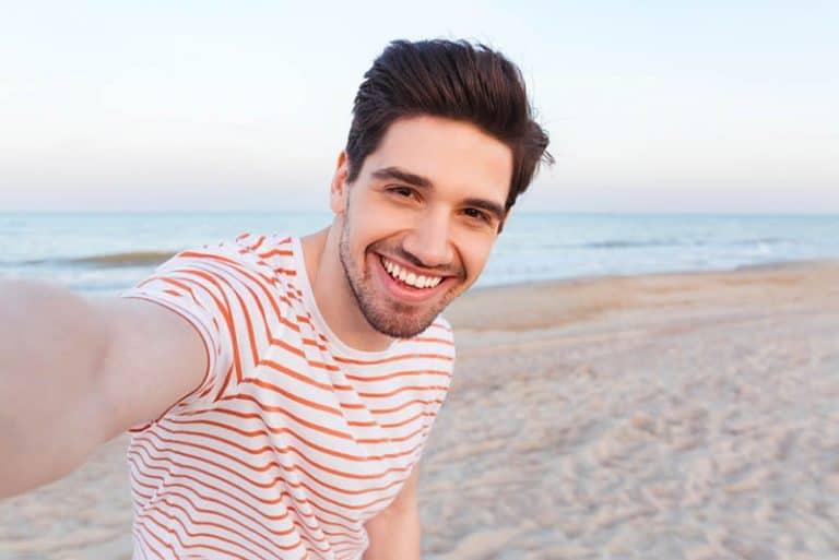 lächelnder Mann am Strand