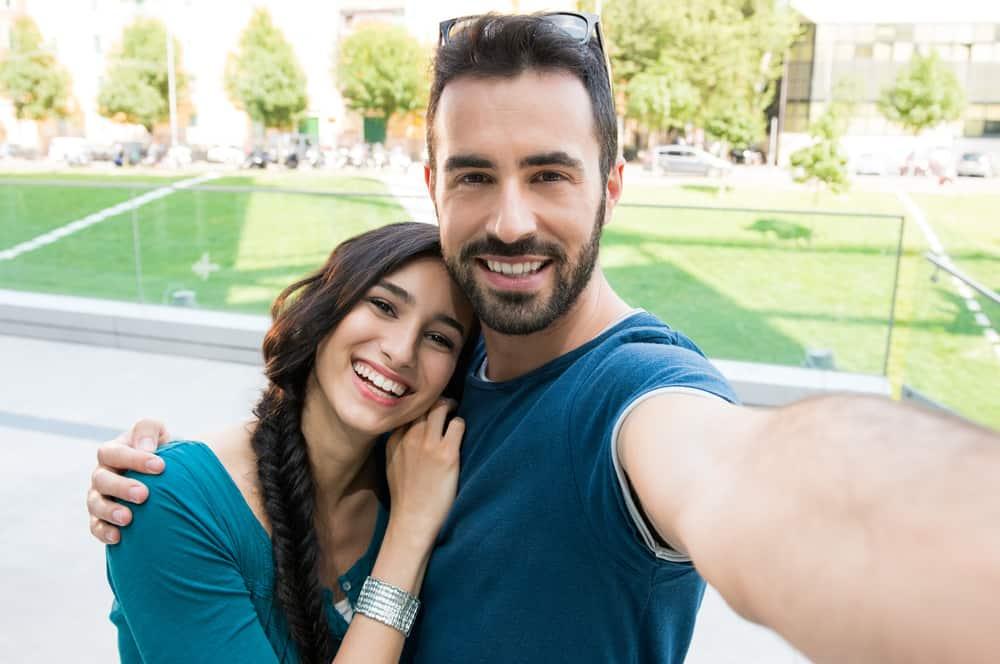 lächelndes Paar, das ein Selfie-Foto macht