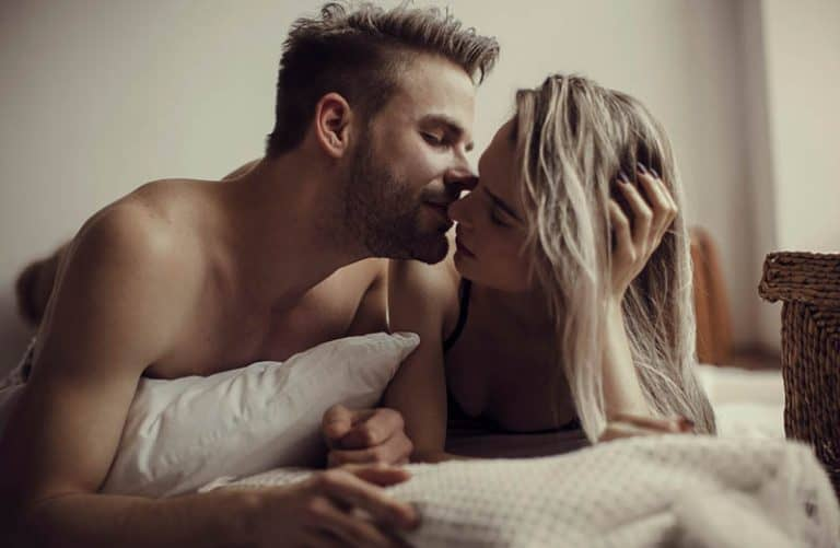 schönes junges Paar im Bett