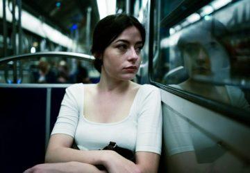 trauriges Mädchen in der Straßenbahn