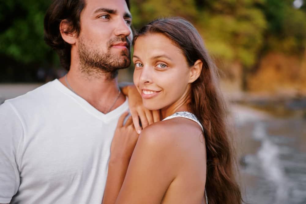 Draußen steht ein liebevolles Paar in einer Umarmung