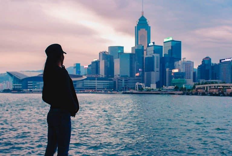 Ein junges Mädchen beobachtet die Stadt